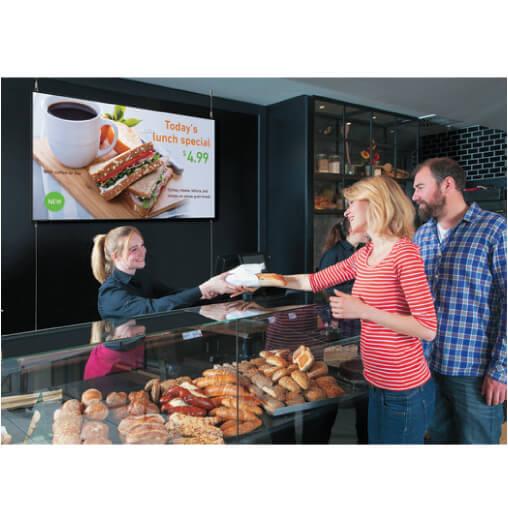 display professionale Sharp serie PN-Q da 60 pollici con menu pubblicato all'interno di un ristorante