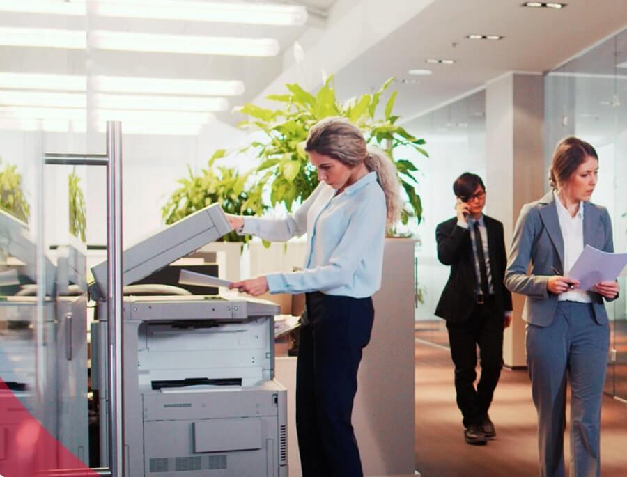 stampante multifunzione inkjet nel corridoio di un ufficio
