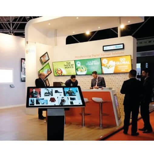 foto di schermi pubblicitari sharp serie PN-R all'interno di uno stand di un evento