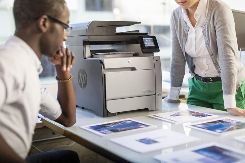 stampante inkjet HP professionale sul tavolo e stampe di foto in alta risoluzione