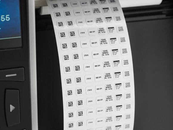 zoom su micro etichette adesive stampate da una stampante per etichette Zebra serie zt600