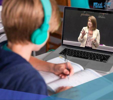 lezione online da remoto e insegnante collegato virtualmente