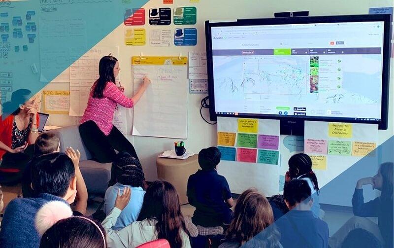 maestra fa lezione su una lavagna interattiva LIM di ultima generazione alla classe
