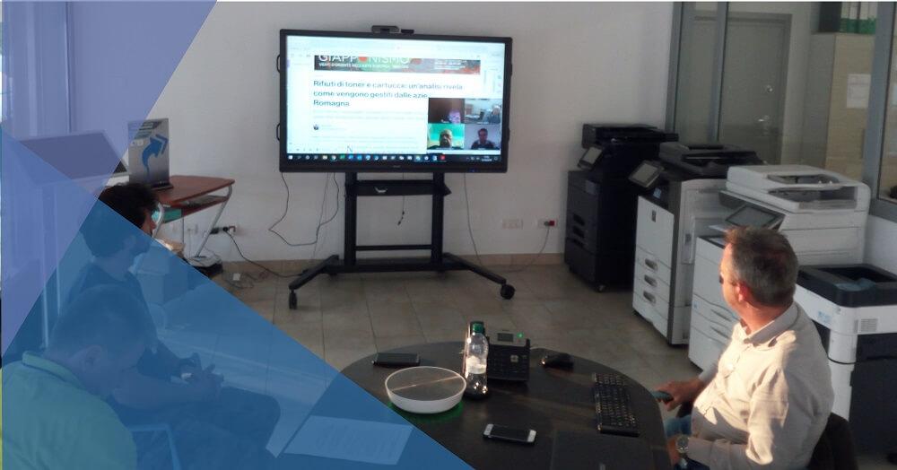 riunione di PTS srl con monitor touch 70 pollici su carrello