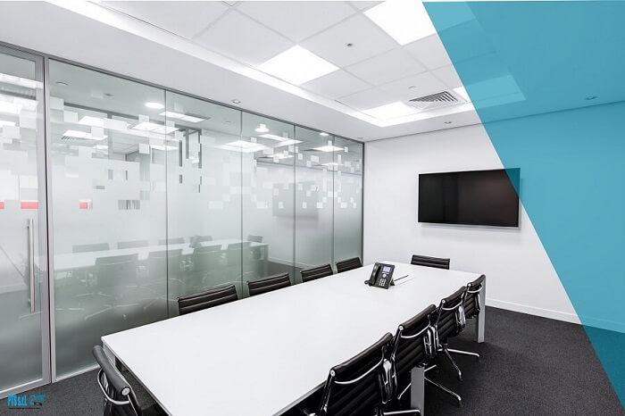 monitor interattivo appeso alla parete di una sala riunioni aziendale