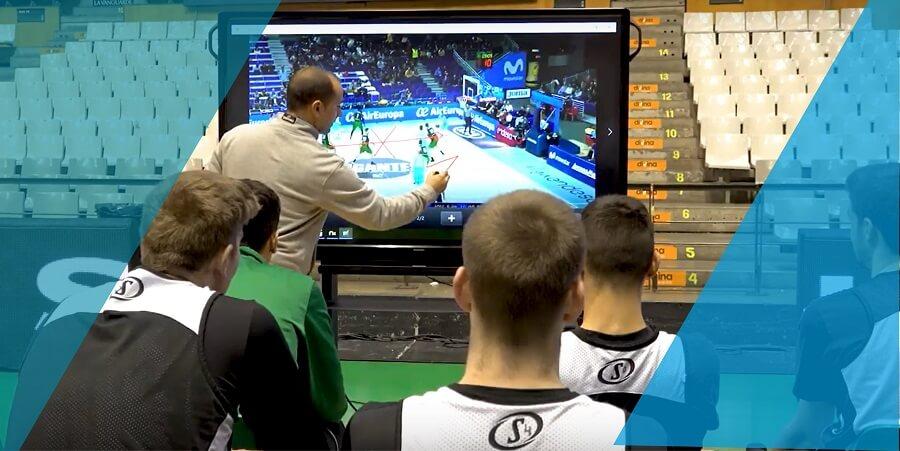 schema sportivo disegnato da coach su monitor interattivo touch alla squadra di basket