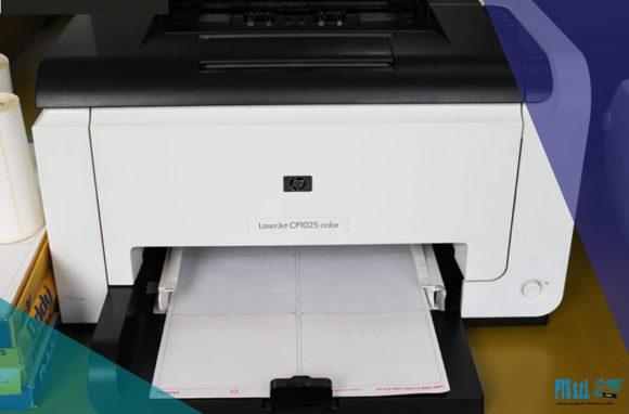 stampante etichette adesive digitale HP con foglio etichette grande formato
